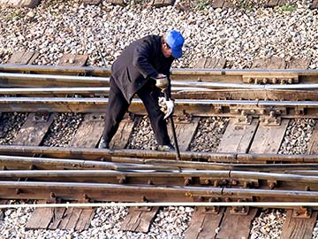 This rail worker faces many dangers every day. If you have been injured while working for a railroad company, call a Austin FELA attorney now.